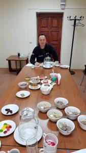 Tafeln für die Speiseplanung - Matthias Maurer zu Tisch in Russland beim Vorkosten - Bild: ESA